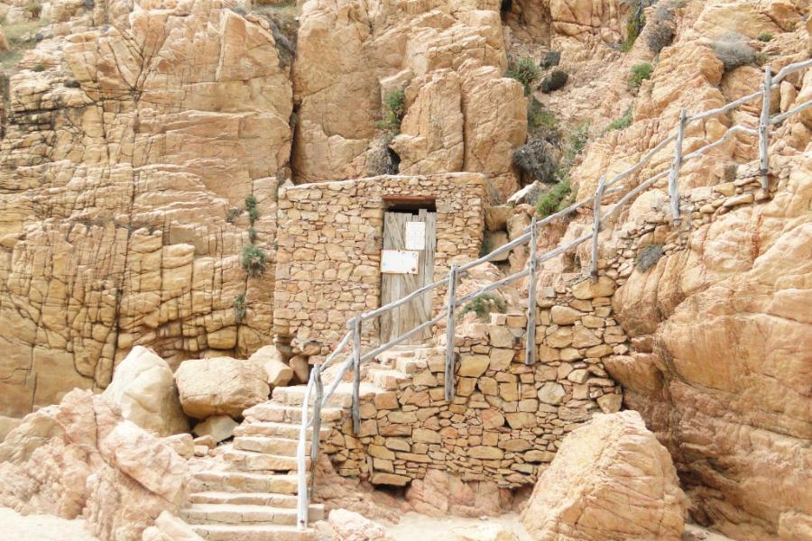 Zabytkowa sławojka - jedna z wielu na północy Sardynii