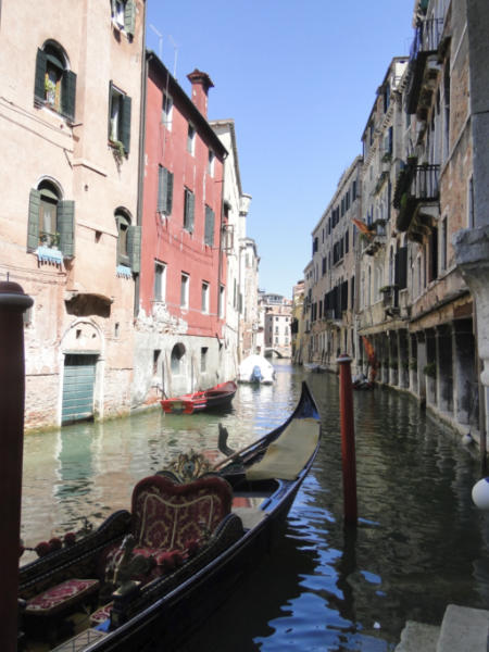 Boczny kanał i zaparkowana gondola