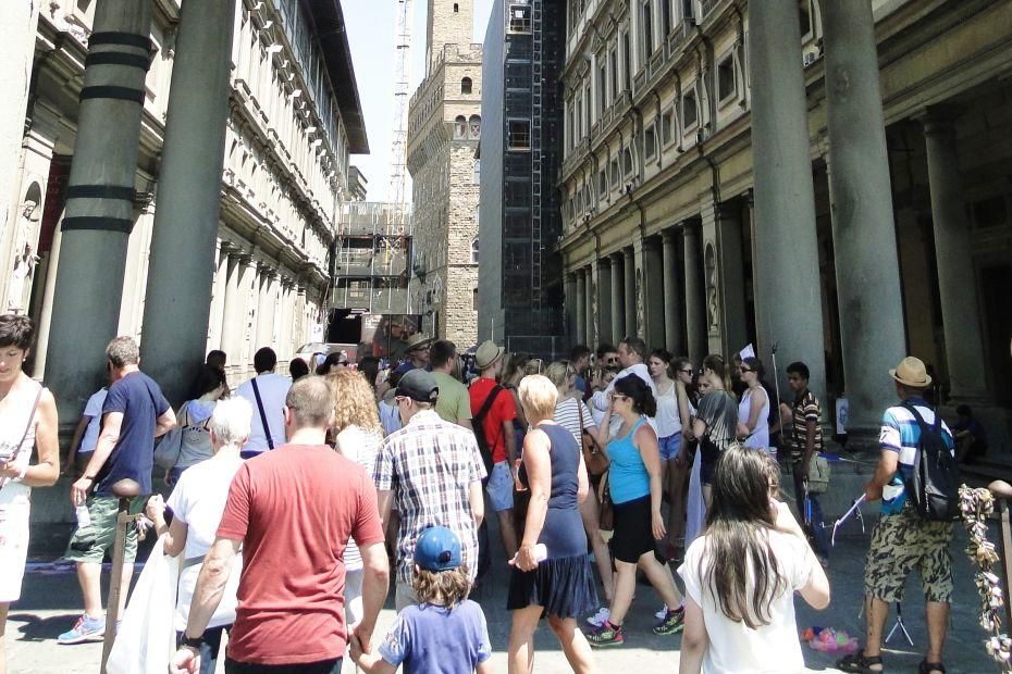 Tłumy zwiedzających Florencję