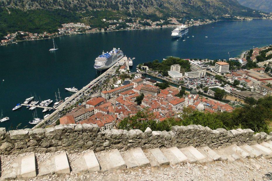 Widok na Kotor z murów miejskich