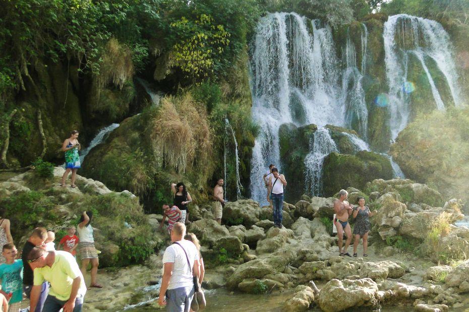 Wodospady Kravica, turyści