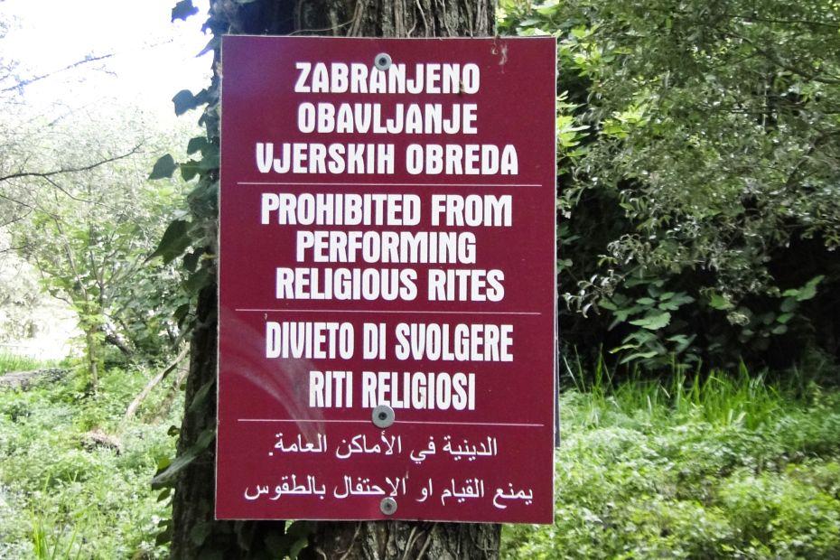 Zakaz praktyk religijnych - tablica informacyjna