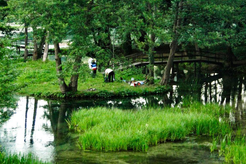 Jajce, park przy młynach wodnych.